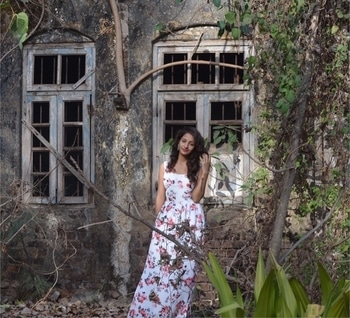Pairing a floral maxi dress with a silver crystal studded ear-cuff. The backdrop i choose was a vintage old house. This whole location and outfit brings a vintage look to the image. #allaboutthelocation #roposo #bloggeracademy