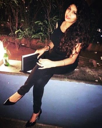 Lit 🔥 #ootnight #be-fashionable #roposo #influencer #styletipsforwomen #nightdance #date #dateready #soroposofashion #stylediaries #daminichoudhary #muaindia  #stylingtips