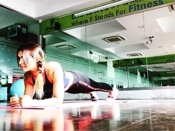 Do you think one minute goes by easy try plank ! Trust me time get really slow but this is the exercise that can give you the results real fast 💨  #girlfitspiration #gymrat #fitnessfashion #fitnessblogger