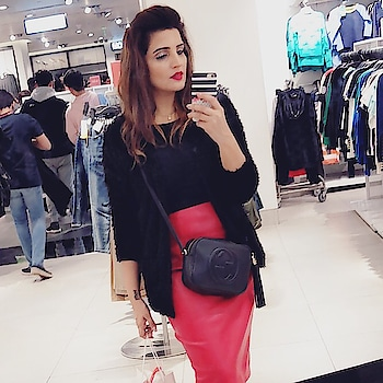 This comfort by the sling bags @gucci Disco, makes me ignore the other bags in my closet 😋😋 👛👜👛👜👛👜👛👜👛👜 #slingbag #guccigang #guccibag #discobag #styleblogger #winterfashion #winteroutfit #hairmakeupdiary #leatherskirt #dbeautyface #casualstyle #weekendlook #aboutlastweekend #tbt