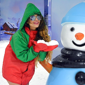 Woohooo😍😍😍 A much awaited selfie with the SNOWMAN @snowkingdommumbai 😍Loved the place, looooooved the snow and from now on, it's a must visit in my list of weekend activities 👯‍♂️👯‍♂️👯‍♂️👯‍♂️ : #snowkingdom #snowkingdommumbai #loveforsnow #snowman #snowlove #mumbaimustvisit #mumbai #mustvisit #mustvisitplace #happyday #happysunday #happyweekend #happytogether #happyus #nehamalik #model #actor #blogger #xoxo
