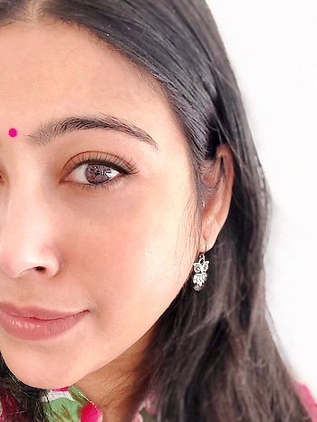 #indianculture is profound and so is the #bindi aka #reddotonforehead ; also known as the #Indianbeautyspot on the forehead! I think my #bindilove is as #rad as my love for saree❣️#indianbeauty #desi #beingindian #indianwomen #beingdesi #pinkbindi #owl #owlearrings #saturdayswag #weekendvibes #indianavtar #indiangirls #indianfashionblogger #nzblogger #aucklandblogger #foodfashionandfunwithsonal #instaindia #instalike #instalove #eatpraylove #culture #live #laugh #stayclassy