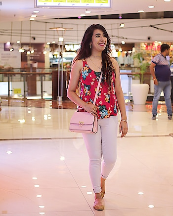 That's the usual #Me 😜 . Wearing- 👚 @maxfashionindia . 👖#vibefashion . 👜 @highvalleyfashion . . . . . . . . . . . . . . #indianblogger #purvavats #planetbeauties #casualoutfit #jeans #floraltop #ootdindia #dailyoutfitinspo
