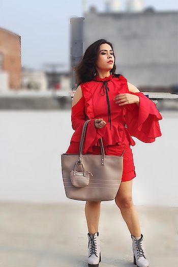 Funky, retro, hip, whatever! This casual bag from @thebagtalk speaks your state of style and mind.Also has a cute small tote attached to it .So,Wanna hang out? #tbtfashionista #bespokegrub @tbtfashionista