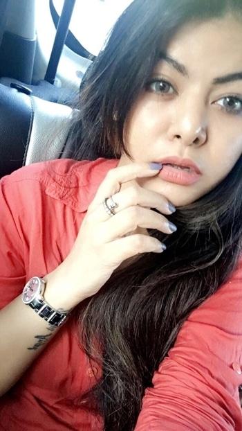 Saturday Selfie 🤳🏼🔸🔶 Eyes check ✅Eyebrows ✅hair ✅nail paint ✅rings ✅watch ✅lipshade ✅ #potd #greyeyes #morninglight #posing #fingerselfie #selfiesaturday #DeepikaButola #RoposoGal #RoposoBlogger #roposodeals  #makeuptips