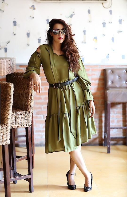 #thoughtfultuesday  in green solid shift dress from @allaboutyoufromdeepikapadukone .   📷- @snapshooterkeyur   #rosepuri_styleblog #fashioninfluencer #allaboutyoufromdeepikapadukone #moda #style