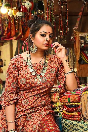 सब कुछ मेरे पास में था, तू लेकर आया एक सावन । छोड़ दी हर चाहत अपनी, इश्क़ में तेरे बनी बंजारन . . . #delhiblogger #indianfashionblogger  #bloggerstyle #style #stylist #indianblogger #portrait #silverjewelry #aboutalook #banjaran #lovequotes #plixxobypopxo #influencer #plixoblogger #ahmedabadblogger #mumbaiblogger #bangloreblogger #photographer #classifiedbird #shivalichauhan