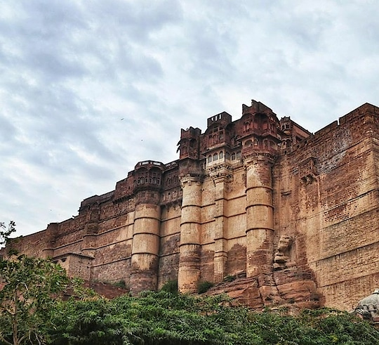 Standing tall on a rocky hill that itself stands 150 m above Jodhpur, Mehrangarh Fort is one of the most magnificent forts in India that i have visited. #mehrangarhfort #mehrangarhfortjodhpur #jodhpurdiaries #traveldiaries #musafir  Source credits: thebottledsyrup