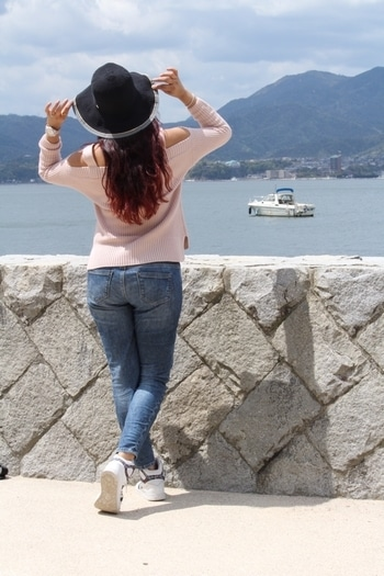 Miyajima, also know as Itsukushima is a tiny island in the Hiroshima Bay. The only way to reach there is by a ferry ⛴  #miyajima #hiroshima #torigate #atomicbombcity #ferryride . . For more www.instagram.com/sidritwanders #travel