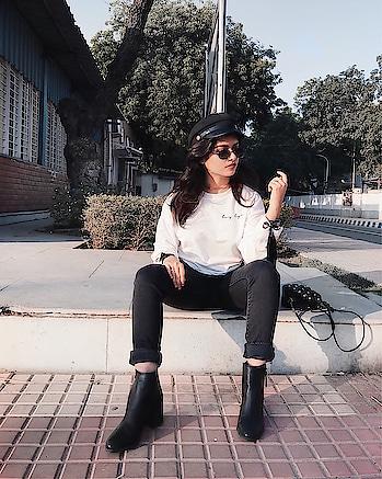 Some casual winter days be like.. 🌸 ________________________ #fashionbloggerindia #fashiononabudget #sodelhi #delhifashionblogger #wiw #styleblogger #fromwhereistand #thatbohogirlfeatures #delhifashionblogger #plixxobypopxo #sdmdaily #TheStyleStamp #campusbloggers #ootdindian #sodelhi #dfordelhi #delhiuniversity #southdelhi #campusdrift #cropsweater #bakerboyhat #delhigram #fashioninfluencerdelhi #popxofeatures #newyear #indianwinters #winterfashion #indianblogger