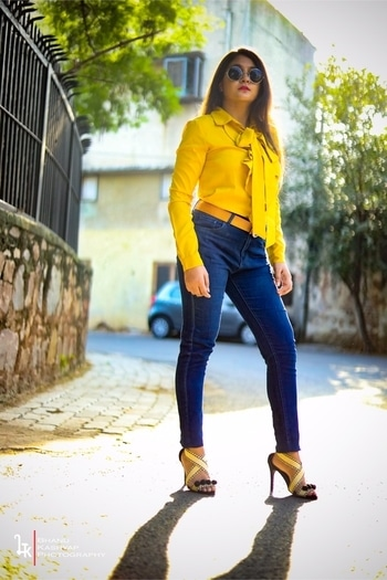 Talking about the trends which are back again from the 90s.  High waist jeans , Ruffles & Round sunglasses are back again with a bang ! ❤️ . . . . #highwaistjeans #ruffles #roundsunglasses #roposo #roposotalenthunt #90sfashion #trendsetter