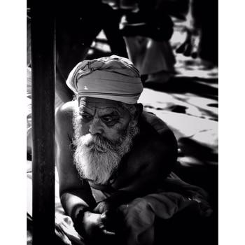 Not all bearded guys at the temples are priests. It's all in the mind.  . . . . . #photopftheday #shotoniphone #beardedman #sardarji #templesofindia #incredibleindia #_soi #natgeo #natgeotravel #natgeocreative #b_w #bnw_india #indiapictures #monochromeindia #iphonesevenplus #iphoneclicks #dfordelhi #pursuitofportraits #portrait #oldmanportrait #indiatravelgram @instagram @natgeo #bw @natgeotravel @indiapictures @bnw_india @monochromeindia @natgeocreative @apple @dfordelhi #delhidiaries #desidiaries #humansofindia #humansofdelhi . #tizonaphotoworks