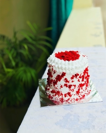 The love for red velvet is forever. #redvelvetminiature #redvelvetcake #instacakes #cakoholic #crumbsncream #fortheloveofcake