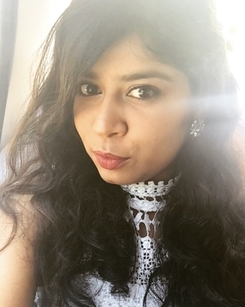 Wavy hair,  pearls on side, big stoned earring, pleasant makeup and brown lips. Perfect hair and makeup for my graduation day!  #graduation  #hair #makeup #simple #brownlips #wavyhair #hairaccessories #light #eyeshadow #styling #gettingready #classof2017 #convocation