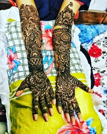 With the first line of Mehendi, she forgot her troubles and delved into the beautiful world of checkered patternsand intricate lines. #Mehendi #colours #Raang #pyaarkarang #mydesign #Henalove