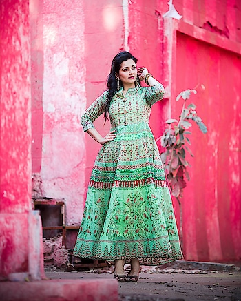 Nothing like a well fitted long kurti in cotton with lovely prints. Absolutely in love with this Anarkali kurti in Green from @klm_fashionmall . It's so comfortable, light and fits as if it were customised just for me! Keep watching this space as you're about to explore some mind blowing, budget friendly fashion from @klm_fashionmall ! H&M @blenditlikesana  Picture by @satishyalamarthi  #kurti  #anarkalisuit  #greenkurta  #cottonkurti  #printedkurti  #hyderabadfashion  #hyderabadfashionblogger  #hyderabadblogger #hyderabadclothing #hyderabadretail #hyderabadsale  #hyderabadshopping #besthyderabadblogger #bestindianfashionblogger #bestfashionoutfit  #ootd  #potdtbt  #ropo-beauty