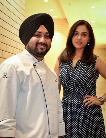 That's me striking a pose with Chef @balvinder.lubana while at a Food Preview of @renlko on going food festival called Delhi 6 featuring Delhi's famous street food right from lip-smacking Tangri Kebabs to delicious chaat 🍗🥘 The fest will go till the 14th of May, do drop by and taste the yummy stuff being dished out at @renlko's restaurant L-14 . . .  #bespokegrub #indianblogger #lucknowblogger #lucknowbloggers #lucknow #lifestyleblogger #foodblogger #foodpreview #renlko #food