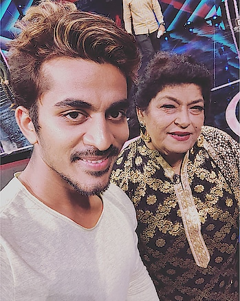 It was an #honoured to meet the #livinglegend of #bollywood , the #heartbeat of #bollywooddance, one and only #sarojkhan ma'am #masterji   To Watch her #dancing live was just #dreamcometrue  Her #expressions 🔥❤️   #garryskumaar #girirajkedia #actor #model #fittnbold #instaclick #instagood #instablogger #artistsoninstagram #instagraminfluencer #featureme #featurethis