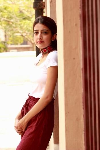 || Statement accessories for basic outfits 🌹🌺 . . #howilikeit #howilikeitjournal #geetikasehgal #fashion #fashionblogger #blogger #indianfashionblogger #indianblogger #delhi  #delhiblogger #newpost #blog #fblogger #fashionpost #fashionblog #december #styleblog #tuesday #l #white #floralchoker #sleekhair #choker #embroideredchoker #whitetee