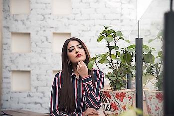 || Metallic eyes 👀 . . #howilikeitjournal #howilikeit #geetikasehgal #fashion #fashionblogger #blogger #indianfashionblogger #metalliceyes #eyeshadow #beauty #beuatyblogger #metalliceyeshadow #redlips #redlipstick #boldlips #red #stripes #motd #tommyhilfiger