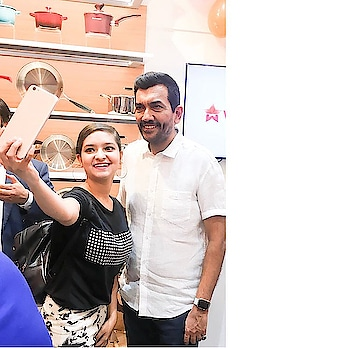 I met with chef @sanjeevkapoor 👨🍳 💛 M glad to met such a gentleman on his launch of @wondercheflife new store of kitchen appliances in @dlfmallofindia 😊 @wondercheflife has also introduced latest range of innovative and healthy kitchen appliances. 🤩 P.s- Thankyou so much @sanjeevkapoor sir for your handwritten note 📝 it means alot 💛 _____________________________________________________ #storelaunch #wonderchef #wondercheflife #wonderchefindia #wonderchefkitchenstudio #sanjeevkapoor #kitchenware #kitchenappliances #dlfmallofindia #chefsanjeevkapoor #lifestyleblogger #fashionista #fashionblogger #foodblogger #cookinglove #KMF #hemlatayadav #kissmyfashion 💋