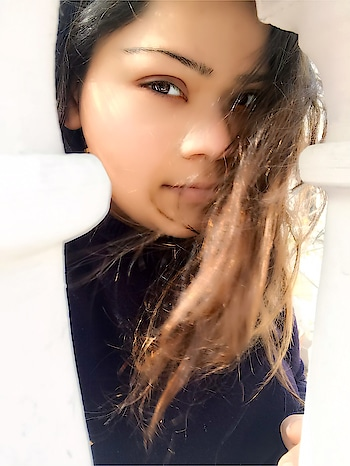 Sun kissed ❤️ #sunday #hercreativepalace #kanikasharma #blogger #hcpkanika #influencer #sunkissed #natiralclick #nomakeup #relaxation #delhi #india #selfie #throughthewindows