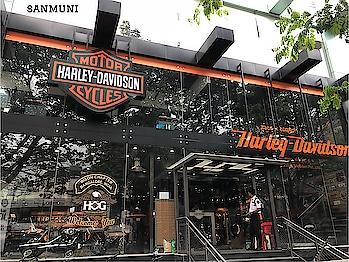 @harleydavidson 🏍🏍@harleydavidson_india at #koramangala 📸@sanmuni #sanmuni #sanmuniphotography #bengalurudiaries #motorcycle #motorsport #bangalore #harleydavidson #harley_davidson #nammabengaluru #nammapreethiyaooru #bengahang #iheartbengaluru #iheartbangalore #iheartblr #iheartbluru