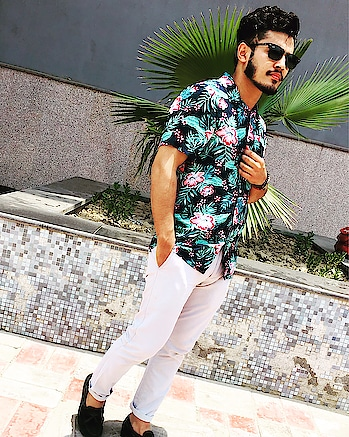 Bloom!!! 🌟 floral crush ❣️ Look dapper this summer, wear floral paired with chinos and loafers 🤘🏻 . . . . @iamchetnapande 🥰 #fashion #fashionblogger #ootd #fashionindia #mensfashion #mensfashion #roposo #soroposofashion #styles #floralfashion #printshirt