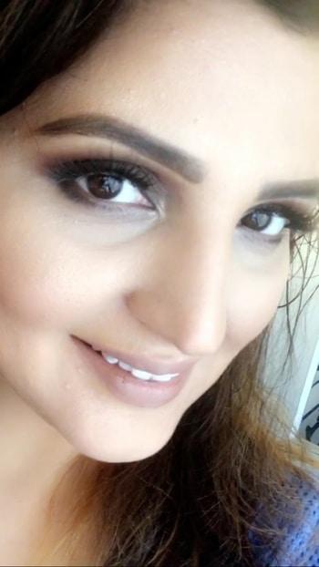 Created this look yesterday with tutorial in my Snapchat /instagram stories.. watch it before it goes off-air!!!!! . . . . #tutorial #makeup #makeuptutorial #beautyblogger #beauty #brownsmokeyeyes #smokeyeyes #lashesatfleek #lashesonfleek #nudelips #delhigirl #vacationlook #vacationdiaries #makeupartist #blogger #delhimakeupartist #falselashes #eyemakeup