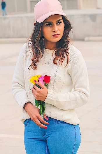 Denim Love #white #denim #denimlove #flowers #blogger #bloggerlife #streetphotography #streetstyle #sreetstylefashion #loveing #red #pinked #delhi #mumbai #fashion #ootd #roposolove #roposoharis