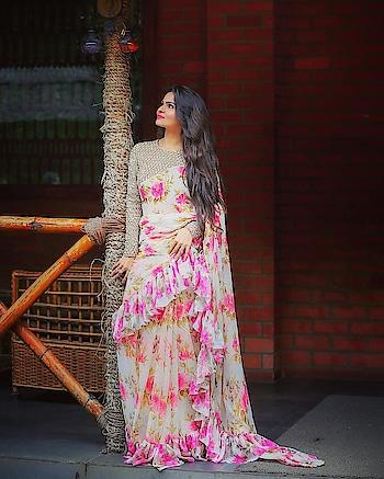 #sareelove #floralprint #floralsarees #goldenlove #designer-wear #ashwini #styleblogger #influencers #influencer #ropo-style #fashionstylist #imageconsultant #anikamkhara #anikakhara #be-fashionable