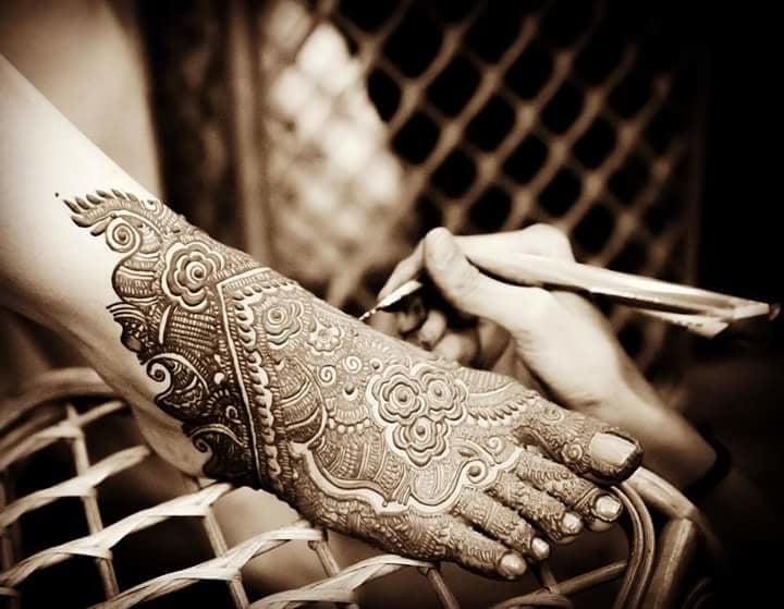 Too obsessed with bridal mehndi art!  Detailings captured on point by anupashahphotography.  #WedLista #FashionForWeddings #bridalwear #heenalove #heenaart #weddinginspiration #ropolove