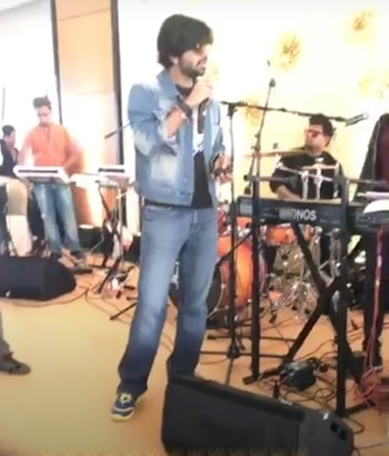 #Rockstar @AamanTrikha while #rehersal #soundcheck   #perfectmatch #perfectstage #MusicBank #MASHUP #MyMusicTaste #mylife #devotions #Passion #fireonstage #musicvibration #fans #followers #lovemusic #weddings #mumbai #MUSICLOVER #Celebrations #Live #performance follow us for more updates https://t.co/7AXN9oPJG9