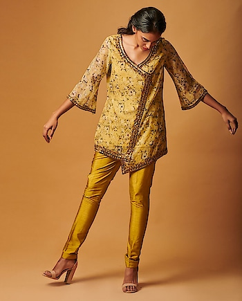 An ode to the #spring #season! Featuring a #yellow printed tunic by Smriti Jhunjhunwala with gota work, paired with matching #pants: https://www.indiancultr.com/designers/smriti-jhunjhunwala #love #beautiful #India #IncredibleIndia #wow #amazing #artisan #want #neednow #inspiration #Indian #traditional #makeinindia #instalike #instadaily #photooftheday #follow #repost #awesome #style #shoppingonline #designer #new