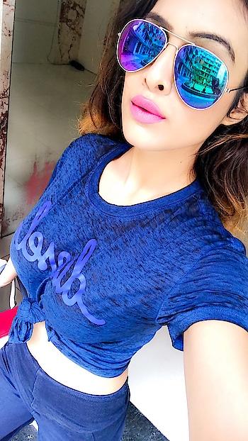 I Love The Morning Without An Alarm 🚨... Happy Sunday Morning 😘 : #goodmorning #latemorning #sunday #sundayvibes #sundayfunday #mood #weekend #weekendvibes #happyday #happiness #happygirl #weekendfun #blue #dieseltees #pinklips #selfie #nehamalik #model #blogger #actor #mumbai
