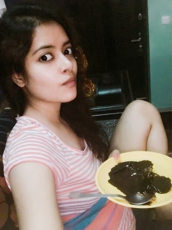Let me gorge on brownie with hot chocolate 🍫 alone.. yummy time 👅  #hotchocolate #brownie #tastebuds #sweettooth #summer-looks #fashionista #nomakeup #natural-look