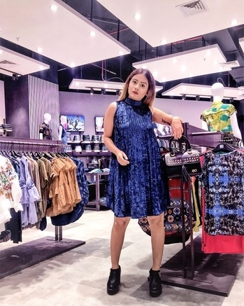 Do you see that big massive store of @dealjeans behind me?  Trust me you just see the half of it👏🏻 It's massive and is filled with the latest fashion👊 Newly opened at Infinity Mall, Malad  #thestyleandmore x #DealJeans