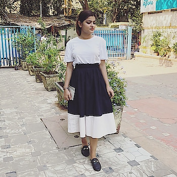 Monochrome is the best option to kinda standout when you're in no mood to play with colours.. • • #ootd #fashion #style #fashionblogger #styleinfluencer #nudetoberries #soroposo #soroposogirl @roposotalks
