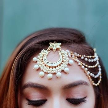 How beautiful does our maang tikka look on blogger ashmita makhija? Style it with a beautiful lehenga or saree for an upcoming wedding! #jewellery #maangtikka #kundan #golden #traditional #pearls #fashion #indianfashion #indianattire #jivaana  visit: http://www.jivaana.com/jewellery/maang-tikka/