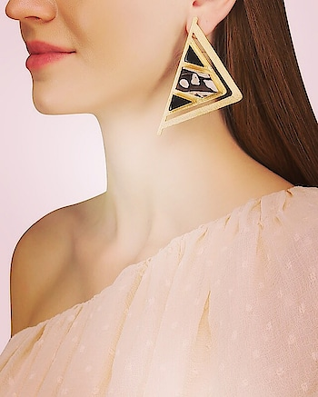 Featuring a pair of 22k #gold plated triangular #earrings by Varnika Arora with #green onyx and seraphinite semi precious stone: https://www.indiancultr.com/new-arrivals/everyday-luxe-by-varnika-arora?p=1&trk=hmpg-slider #love #beautiful #India #IncredibleIndia #wow #amazing #artisan #instagood #want #neednow #inspiration #Indian #modern #makeinindia #instalove #instalike #instadaily #photooftheday #webstagram #follow #repost #shop #online #designer #jewelry #new