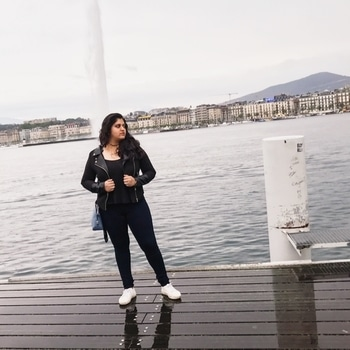 Don't we all have an experience that marks the rest of our lives? I had exactly that experience on my trip to Geneva in the weekend that went by. This picture is just from a day before the whole adventure in front of the beautiful, largest fountain in the city, drenched in the rain. Link in bio. 🙌🏻🖤 . . . . . #swissblogger #parisianblogger #dutchblogger #blogger_de #blogueuse #travelblog #travelogue #traveldiary #travelvogue #travelinstyle #iamtb #beautifuldestinations #jetdeau #stylediary #l4l #fashioninspiration #storytime #positivevibes #ladyboss #passionforfashion #fashionista #roposogal  #travel