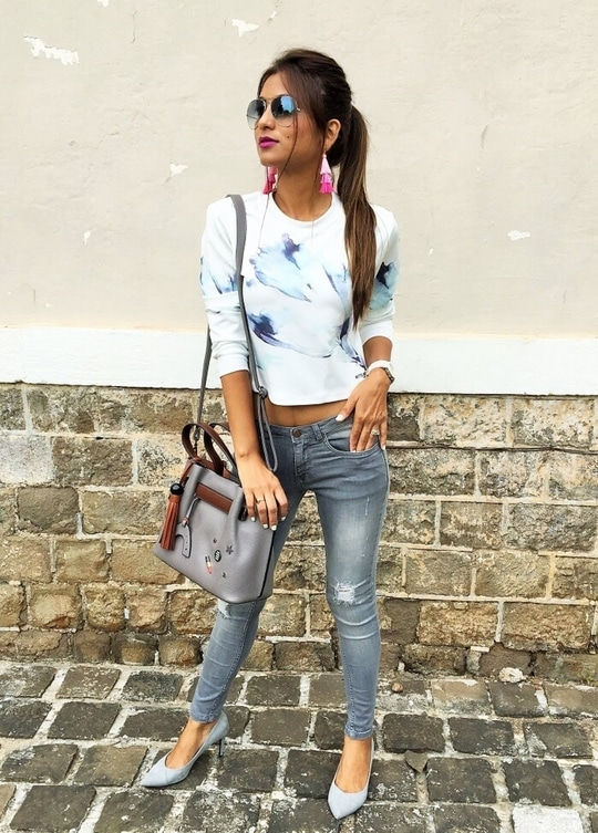 Get a casual chic look in distressed jeans. Wearing at Coverstory jeans.  For more pictures in this look, head to my blog 👉🏻 https://www.fashionistha.com/my-denim-story-with-cover-story/ #fashionblogger #styleblogger #punrblogger #fashionistha