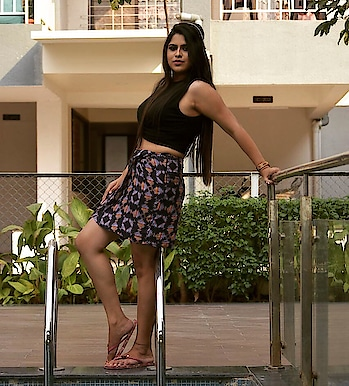 When you're experiencing cold  wave like woah, me up for a pool party.. N when dressing for one, start with a bathing suit but i am not comfortable in that. So, As always i decided to try something different but #sexy..  And the look is here : #floralprinted skirt with #crop top.. U just need to make sure that the make up has to be bit light wid #smokeyeye.. N with a side #puffhair my look got completed..  U can try something different but u have to me know about ur look.. 👩🏻 . .📸 @d.clickz   MUA: @ghulerutuja  . @thebnbmag #thebnbmag   #indianblogger #fashionista #makingpunefashionable #fashionblogger #poolparty #deckedup #sexy #skirt #wooplrinfluencer #engineeringshoutout #kolkatablogger #puneblogger #photographylife #bloggerlife #msflawesomequeen  #roposo-style #roposolove #styleideas #poolparty