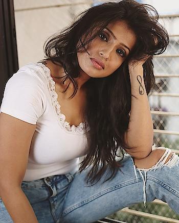 Dare to be a hot mess !  . . #sexy #hot #look #messy #messyhair #white #tee #rippedjeans #alefiakapadia