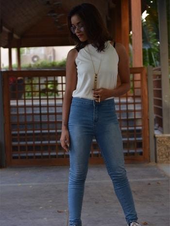 high waist jeans and incut white tee 💯 #summercollection #summerlookbook #trends2017 #ahmedabadfashionblogger #fashionbloggerindia #soroposo #faahionfling #oantaloonsfashion #dealjeans #saayushi