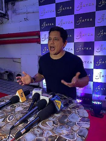 At the opening of a new club in Juhu called Jhatka. With my expressions I think I got the bigger jhatka 🤣🤣🤣🤣 God knows what was I saying to make such a expression 😆😆😆 I'm sure it was zor ka jhataka zor se lage 🤗🤗🤗 #jhatka #rameeguestline #newclub #actor #actorslife #goodfun #leturhairdown #funnight