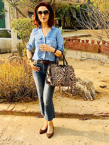 Upgrade even the most casual of looks with a MATCHING BBSS ( BAG, BELT, SHOES and SHADES ). Most of us ignore the importance of accessories in our clothing whereas we should consider it as an investment 😊.                                                 #imagecoach #imageconsultant #tipsbytina #ownyourimage #tinawaliaic #casualwear #denims #jeans #accessories #accessoriesaddict #rops-style #roposoers 😊