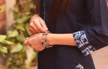 Junk jewellery is a forever fav! ❤ . 📸- @unnatiwantsyourwifipassword . . #howilikeitjournal #howilikeit #fashion #fashionblogger #blogger  #indianfashionblogger #jewellery #junkjewellery #grey #greyandblack#bracelet #accessories