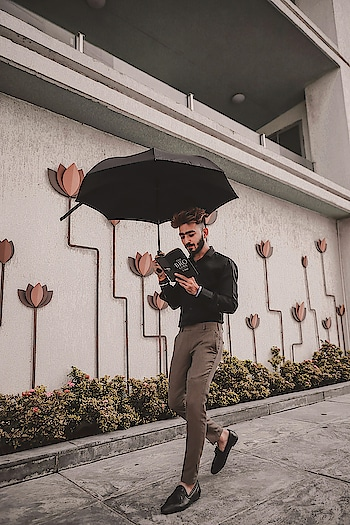 Rain drop 🌧  Drop top 🔝 All i do is read non stop 📕 . . . #kartavyamakwana #kingsman #fashion #fashionmodel #formals #black #brown #umbrella #book #thebrocode #blogger #indianblogger #suratblogger #suratinfluencer #menswear #menstyling  #style #trend #fashionpost #influencer #ootd #ootdmen #formalshoes #combination #potraits #dusky .