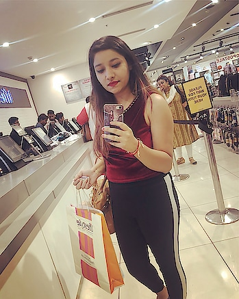 Enjoy the little things in life ✨ top @myglobaldesi  Jegging @onlyindia  #shoppingday🛍 #mirrorwaliselfie😉 #iphoneclick #lovetoshop #ropso #soroposo #roposofashion #travelgram #only #globaldesi #positivevibes #happysoul #happinessissimple #wanderlust #positivevibes #forevergrateful #fun #love #happysoul😊